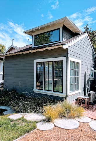 Sunny Studio Cottage - walk to Stanford & Downtown