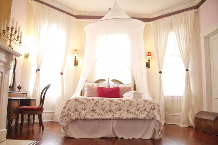 La Belle's Boudoir, a Romantic Room @ The 2CV!
