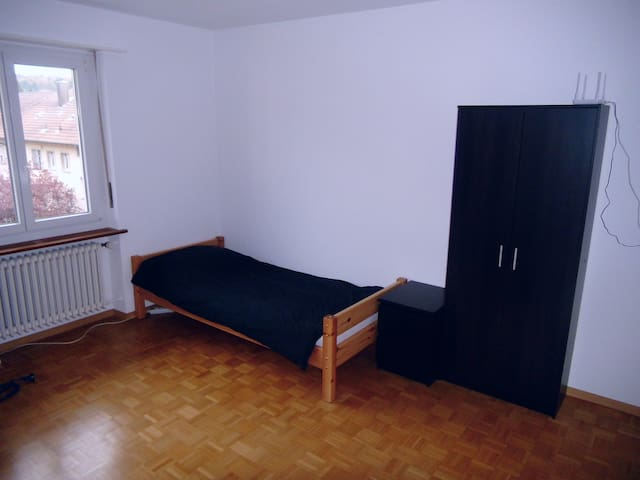 Private room, centrally located room in Biel