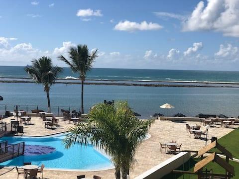 Beira mar, frente para o mar e piscinas.