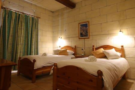 Camera Doppia con aria condizionata e WIFI a Gozo - Xaghra - 家庭式旅館