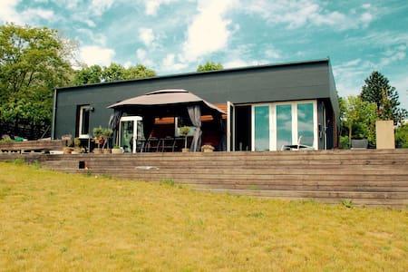 Moderne familiehus med ro, pool, natur og udsigt