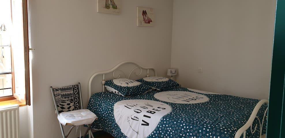 Chambre 1 lit double avec matelas mémoire de forme.