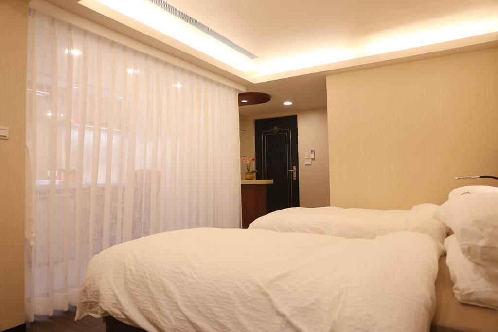 兩張單人床,可併成一張大床。Two single bed can put together as a king size bed.