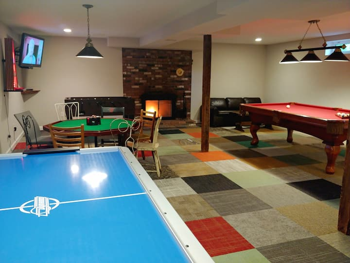 Maple View House: 9 br, 5.5 ba, game room, sauna