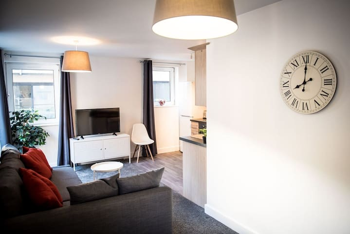 Stylish Two Bed Apartment with Secure Parking