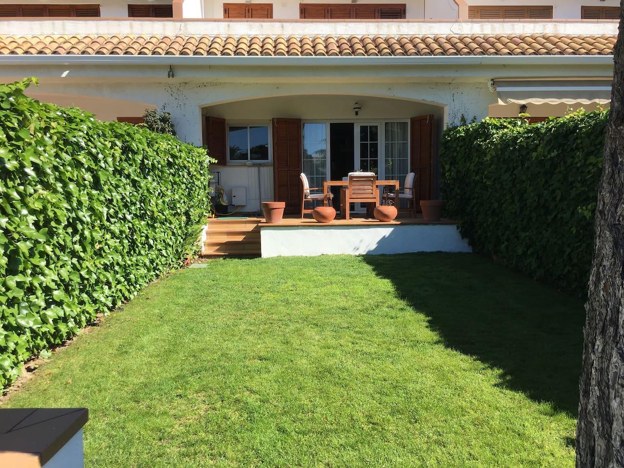Fachada zona terraza y jardín