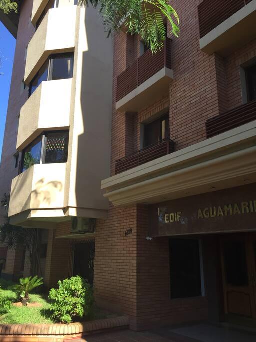 Fachada del Edificio/Front view of the building
