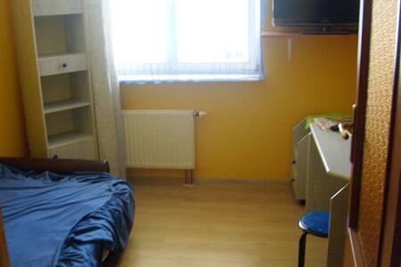 Pokój dwuosobowy, do wynajęcia łóżko jednoosobowe.