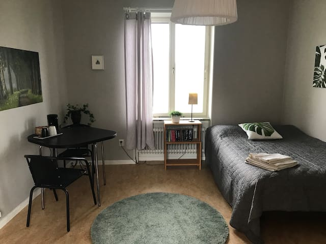 Big room w breakfast, close to city & nature!