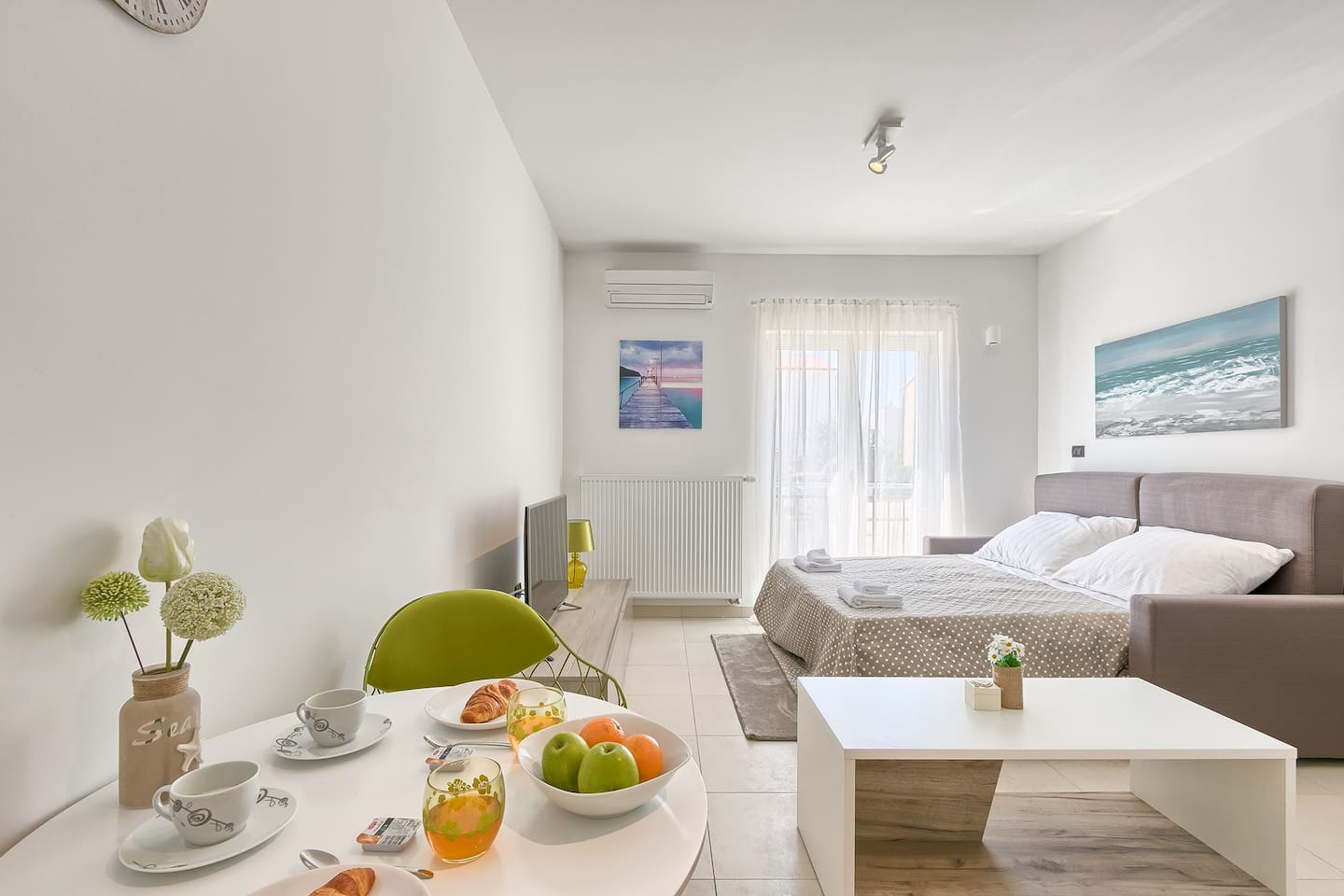 Open space studio apartment with dining table,small table for coffe, queen size bed.
