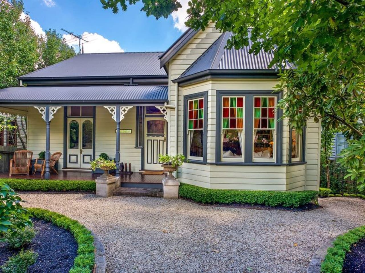 """Mirrabella"" Blue Mountains cottage - charm and style only 400 meters from Blackheath village"