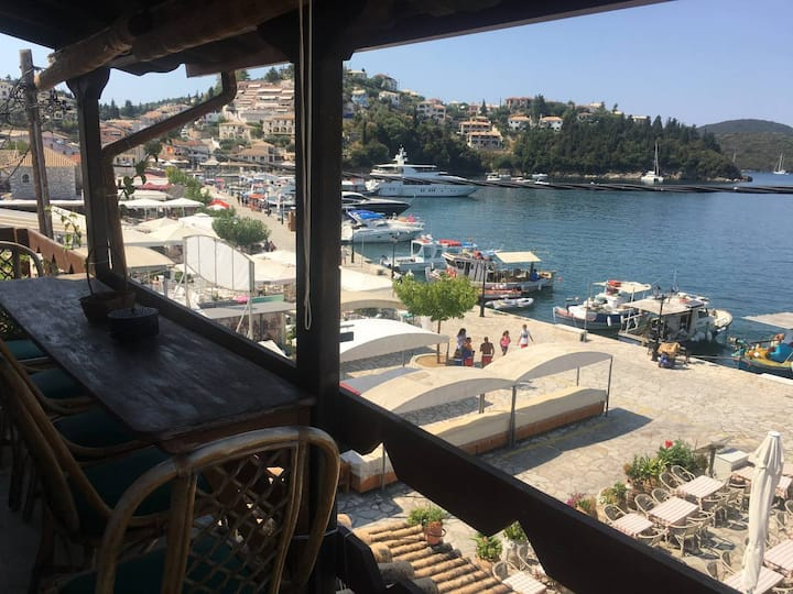 Sybota, Chic marina loft