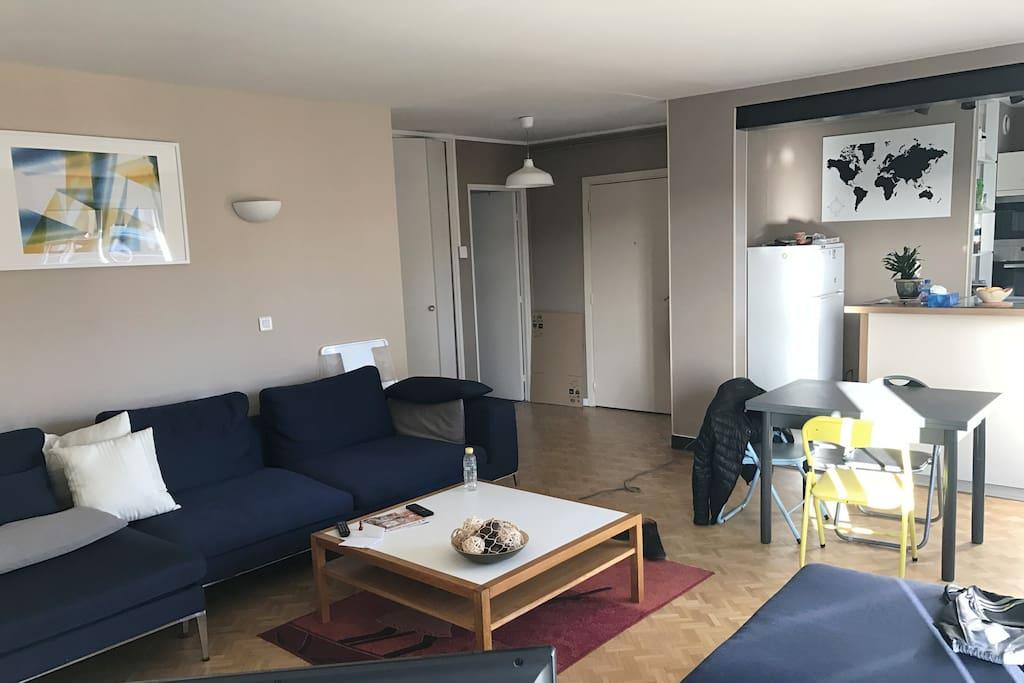 Pièces à vivre TV+INTERNET - cuisine ouverte équipée (four+ micro-ondes + lave-vaisselle)- canapé 5 places + tables extensibles 6/8 personnes - 3 chambres (3 lits 2 places ) 2 salles de bain