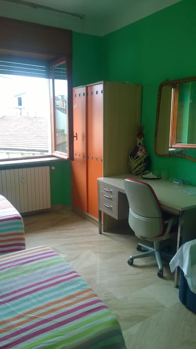 Particolare della camera: scrivania e armadio