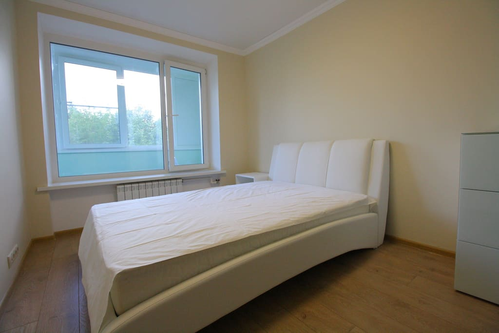 Bedroom / queen size bed / bedside table / 3 drawer chest / access to terrace