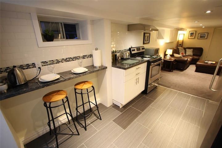 Gorgeous, Fully Appointed, Apartment (800sqft)