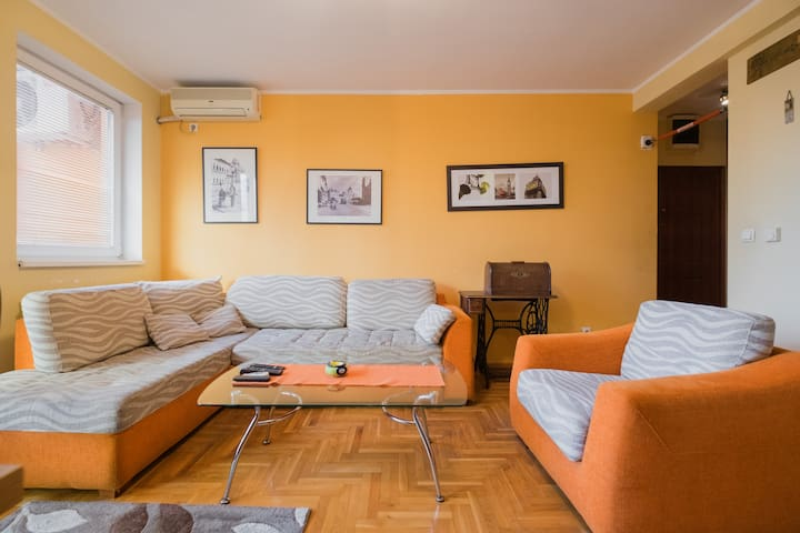 Warm orange flat 2BD, free parking - Beograd - Flat
