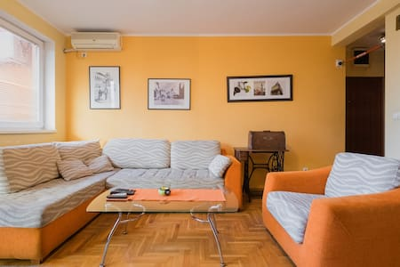 Warm orange flat 2BD, free parking - Beograd