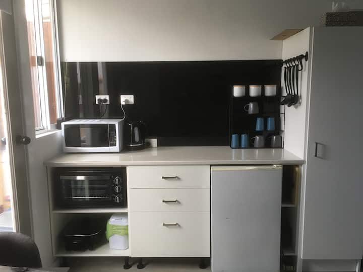 "Brand new modern ""Tiny House"" close to Freo"