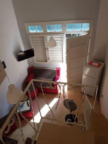 Vistas al salón y balcón.