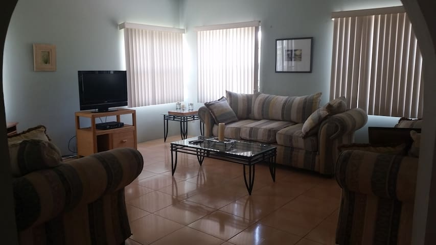 Lovely Spacious Apartment in Safe Neighborhood - La Ceiba - Lägenhet