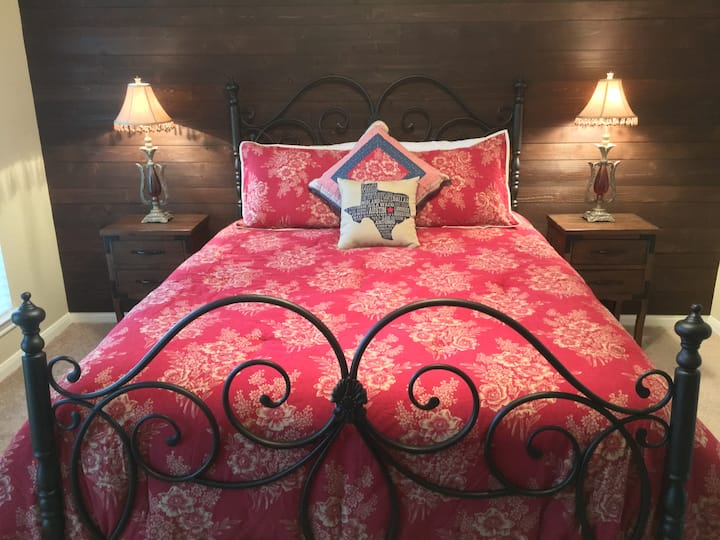 Maple Creek Bed & Breakfast - Texas Pecan Room