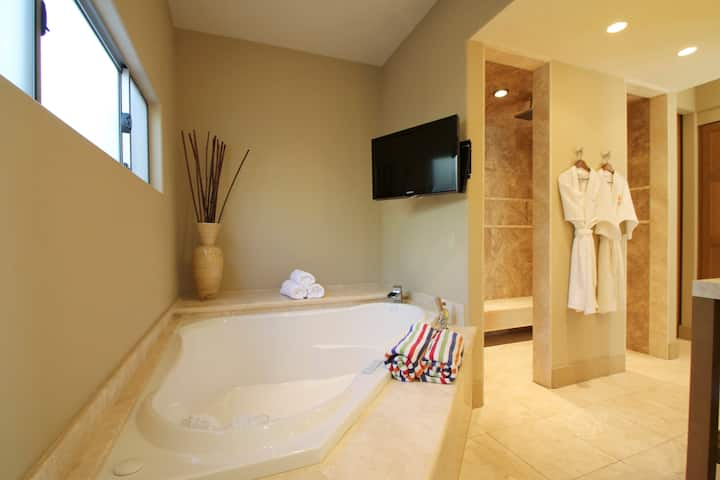 *Lovers Paradise* PoolsideKING Suite IndoorJacuzzi