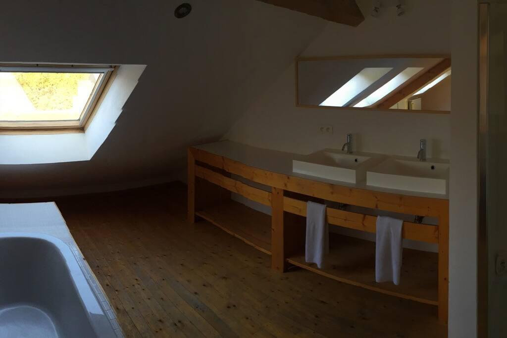 salle de Bain et Douche (complètement ouverte) // Double évier