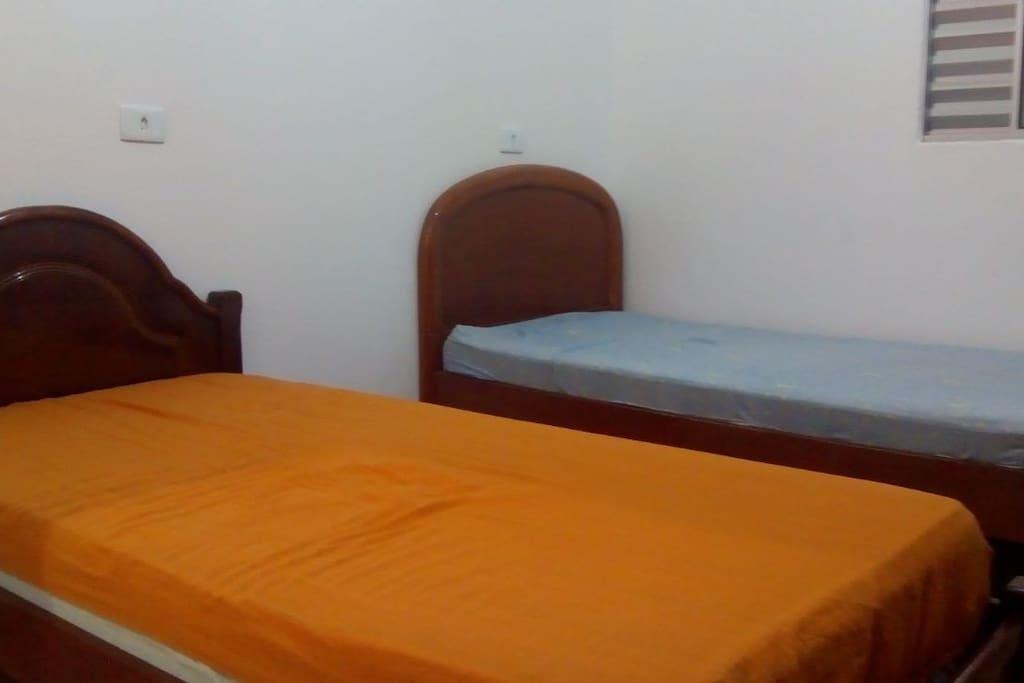 Quarto... Com duas camas de solteiro... Uso somente para os hóspedes...