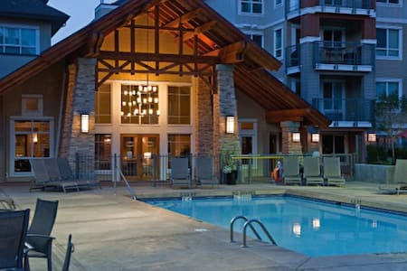 Poolside, Amazing Downtown Location - Kelowna - Apartemen