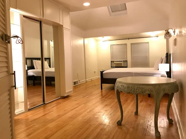 Bright and spacious room in historic neighborhood