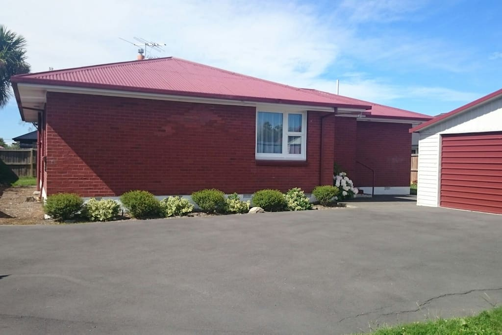Warm Friendly Home With Easy Access From Airport Houses