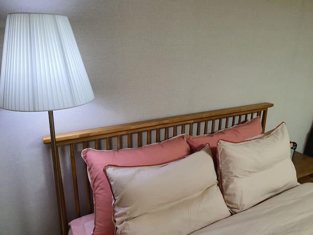 원목 퀸침대와 장스텐드  침구는 고급소재 브랜드 제품을 사용하며  매회 고온세탁하여 교체