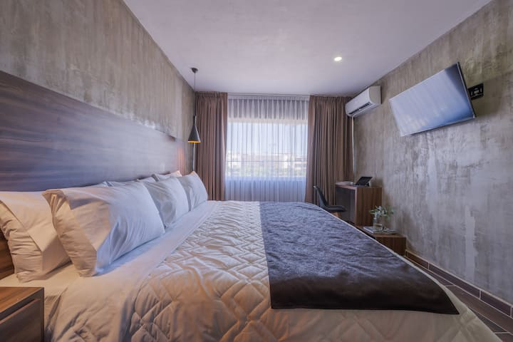 105-Loft w/King size/AC next to Expiatorio Plaza