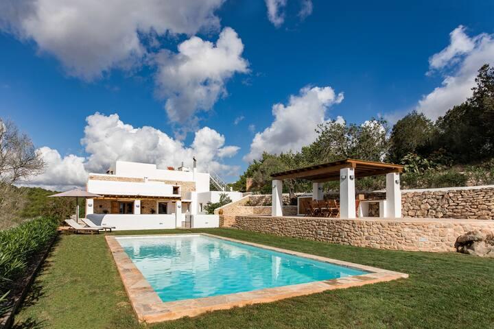 """Casa ibicenca """"Can Codolar"""" con piscina y jardín."""