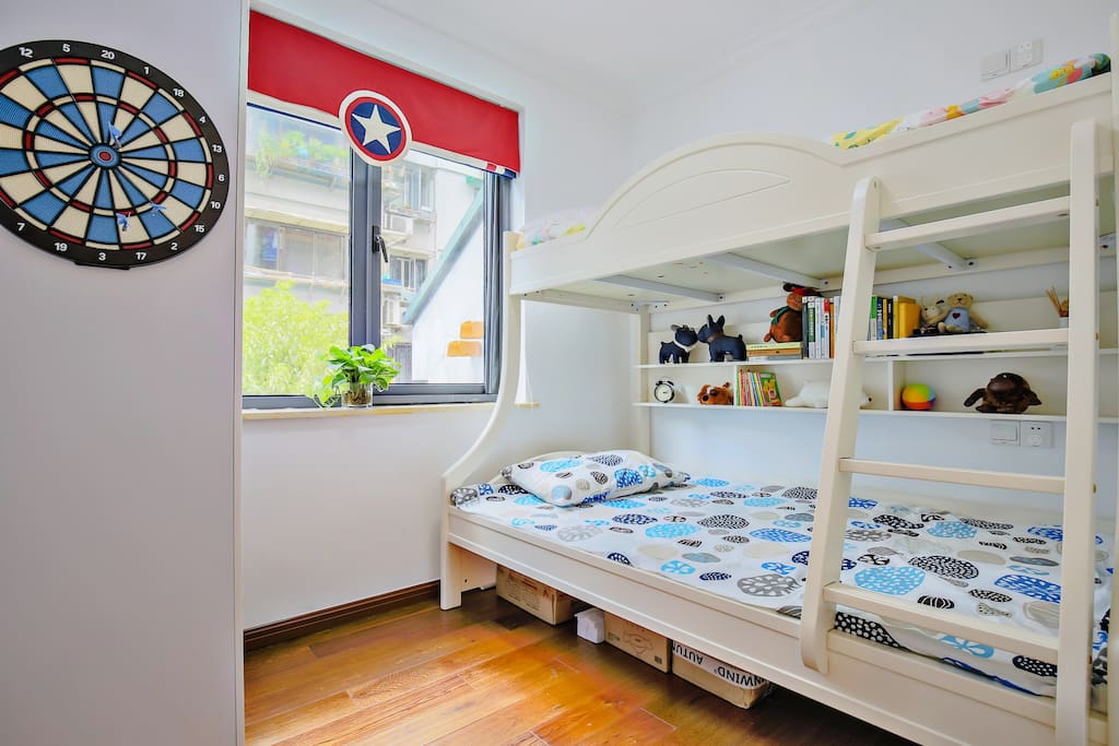 次卧:标准儿童双床房,一层可以睡一大人+小孩,二层可睡一小孩。