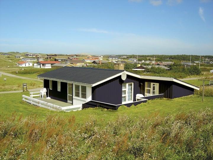 Hyggeligt sommerhus med havkig fra grunden