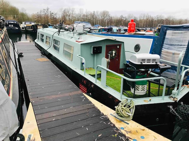 Pretty house boat - fast train to London & airport