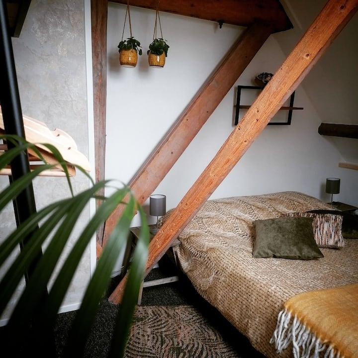 Knusse kamer met privé badkamer en dining ensuite
