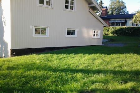 Hybel i enebolig, 18 min med tog til Oslo S - Sandvika - Lejlighed