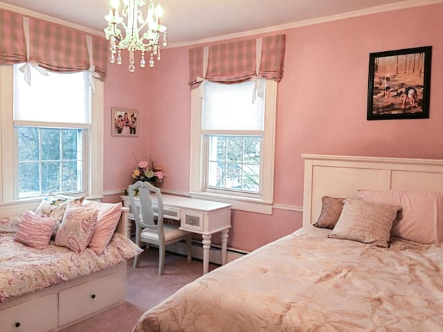 Charming Nook (3 min to Woodbury Commons)