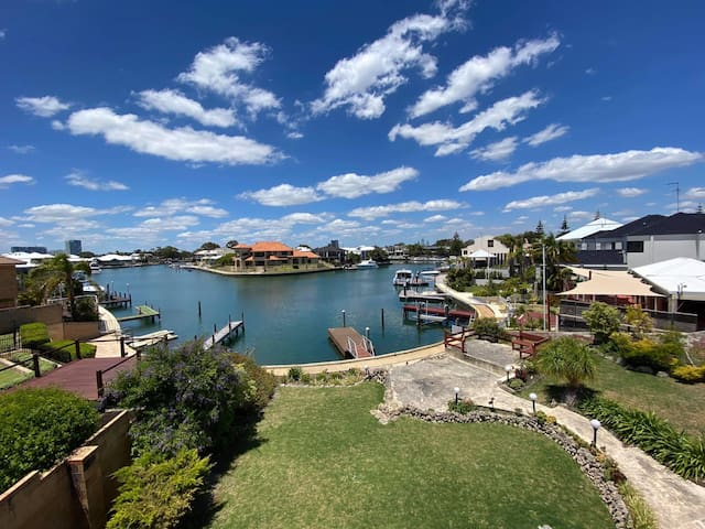 Entire Canal Villa with floating jetty in Mandurah