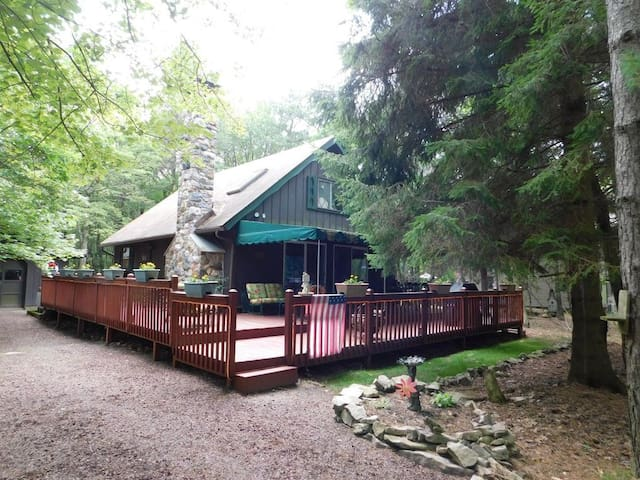 Lake Harmony mountaintop chalet with covered deck