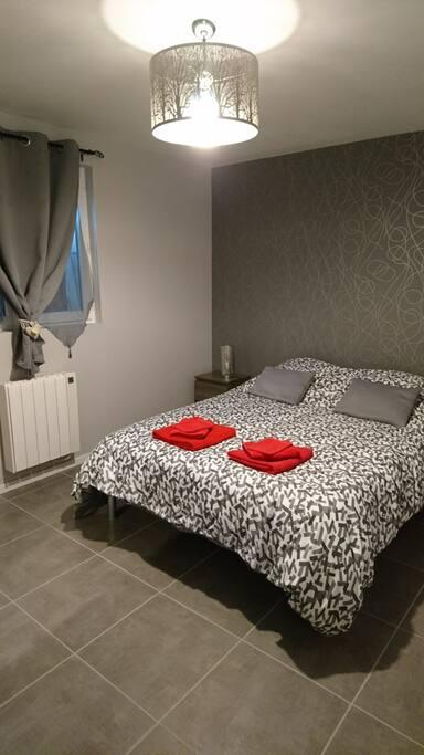 Chambre avec lit double et armoire