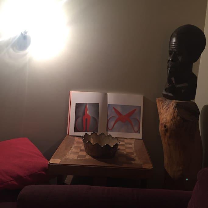 ma collection de livre d'arts et d'objets glanés au cours de mes voyages enjoliveront votre séjour