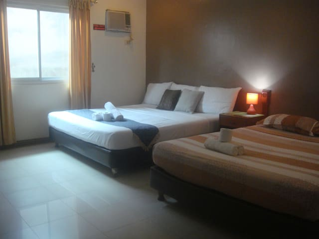 FAMILY SUITE NEEDED? 4 guests, use of the pool!!! - Angeles - Villa
