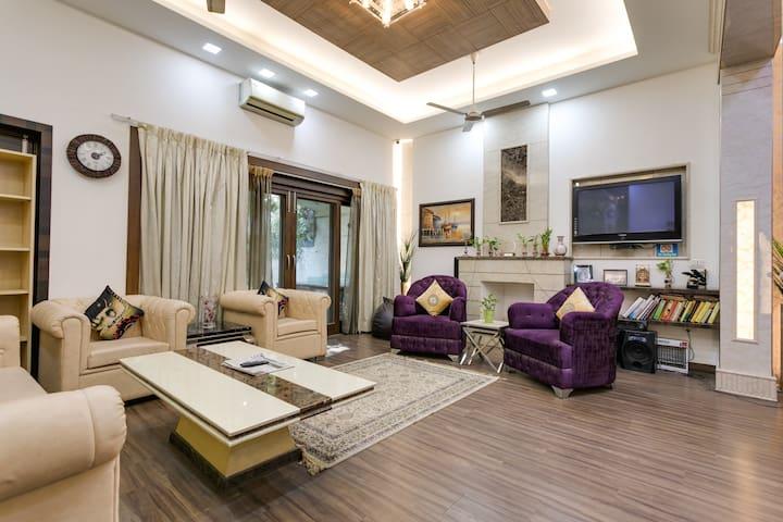 Luxurious house in SOUTH DELHI-Safdarjung Enclave