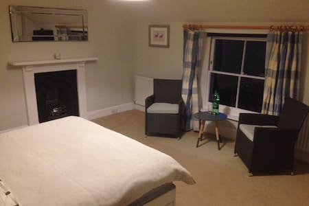 Lovely large double bedroom en-suit - Hadleigh