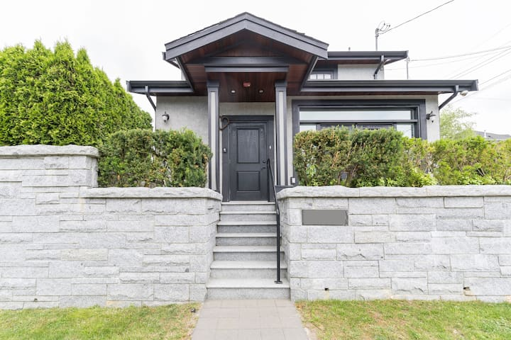 Heather House - 2 Minutes from Skytrain!